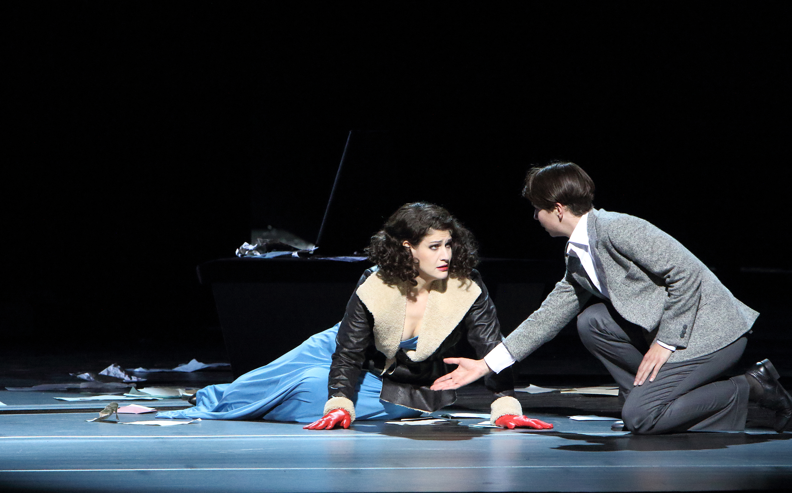 Arabella (Anja Harteros) and her sister in breeches (Hanna-Elisabeth Müller)  photo:Wilfried Hösl