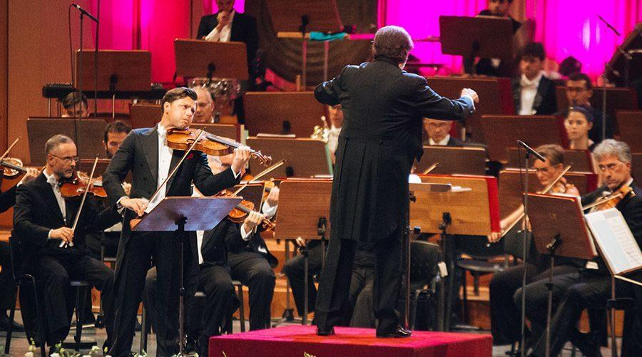 Jukian Rachlin playing The Bartok Viola Concerto with Chailly and Filarmonica della Scala. Photo: Alex Damian